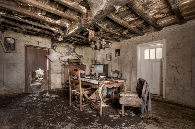Never came home... - Dit huis is al 16 jaar verlaten. Het lijkt alsof de bewoners op een dag naar het werk zijn gegaan en nooit meer thuis zijn gekome