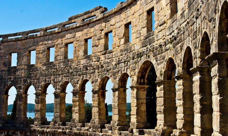 Amphitheater - Amphitheater in Pula, Kroatië. Door de bogen van het theater is nog net de zee te zien.