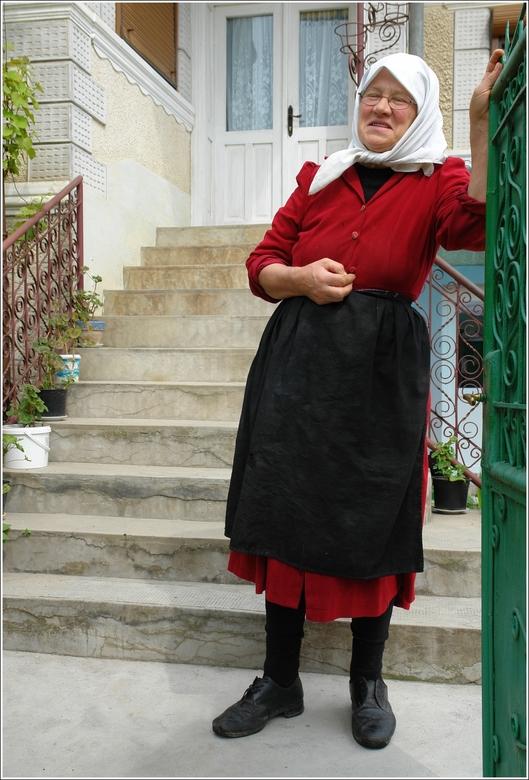 Betrapt maar toch welkom.. - Ergens in een doodstil Roemeens gehucht wilde ik een foto maken van een prachtig boeren erfje waar tientallen kippen vrij