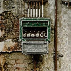 Stoppenkast op oude muur in verlaten fabriek