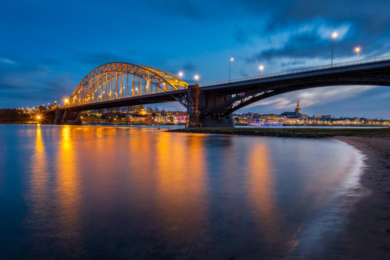 Nijmegen - De waalbrug en zicht op nijmegen in het blauwe uur