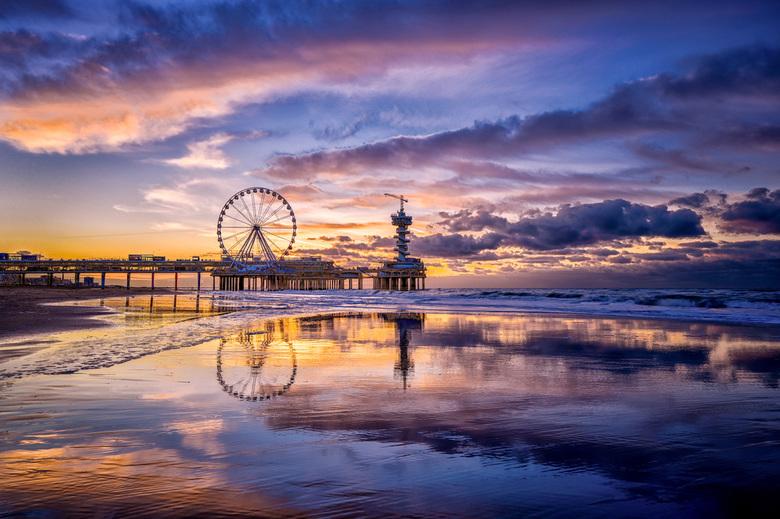 Kleurrijke zonsondergang in Scheveningen -