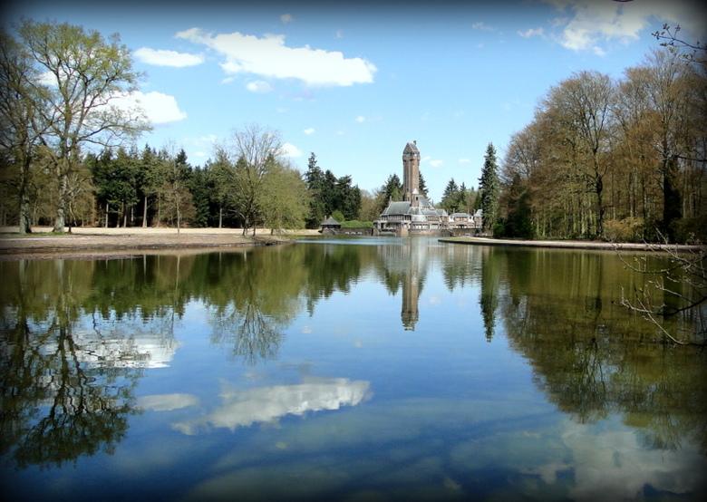 spiegeling - mooie spiegeling in het water monument op de achtergrond