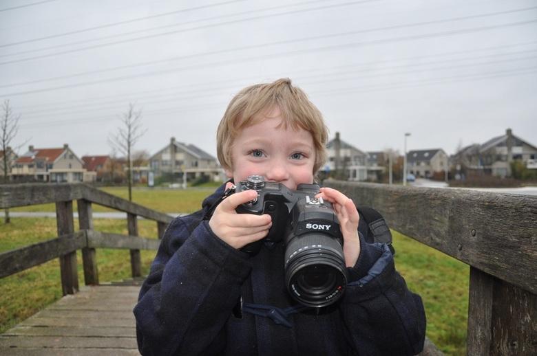 opvolger - dit is mijn zoon Maurice die ook graag fotografeerd en die wou dan ook graag mee doen met mij en hij kan het goed met mijn oude Sony F828