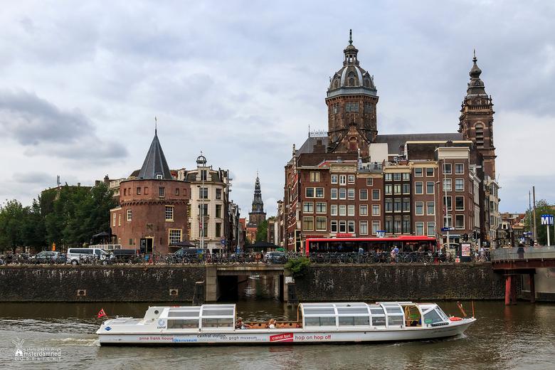 Amsterdam - Rechts de Basiliek van de Heilige Nicolaas, in het midden De Oude kerk en links de Schreierstoren. De Schreierstoren aan de Geldersekade i