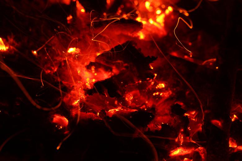 fire in the evening - Vuur en vlam<br /> 15 sec, bij F 7,1, ISO 100, 100 mm