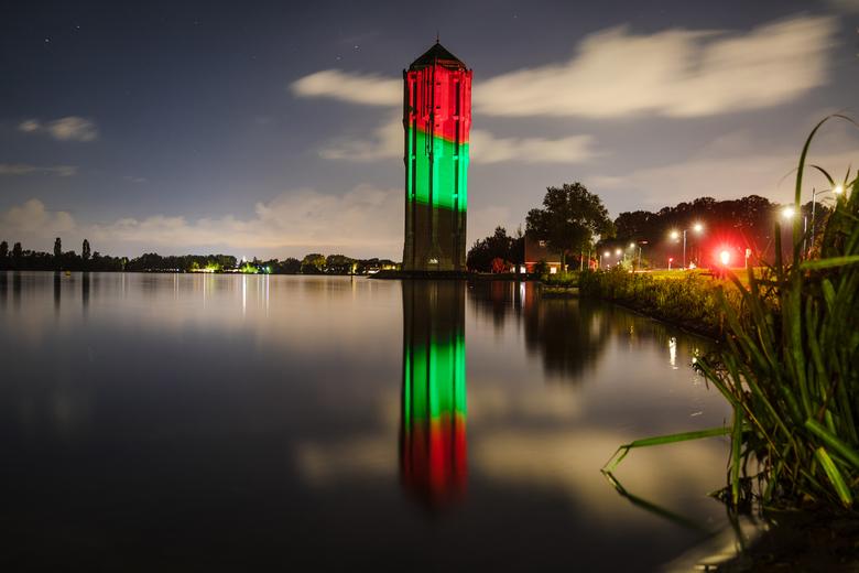 Feest in Aalsmeer  - aangezien de feestweek Aalsmeer dit jaar niet kon door gaan werd de watertoren aan de rand van de Westeinderplassen een week lang