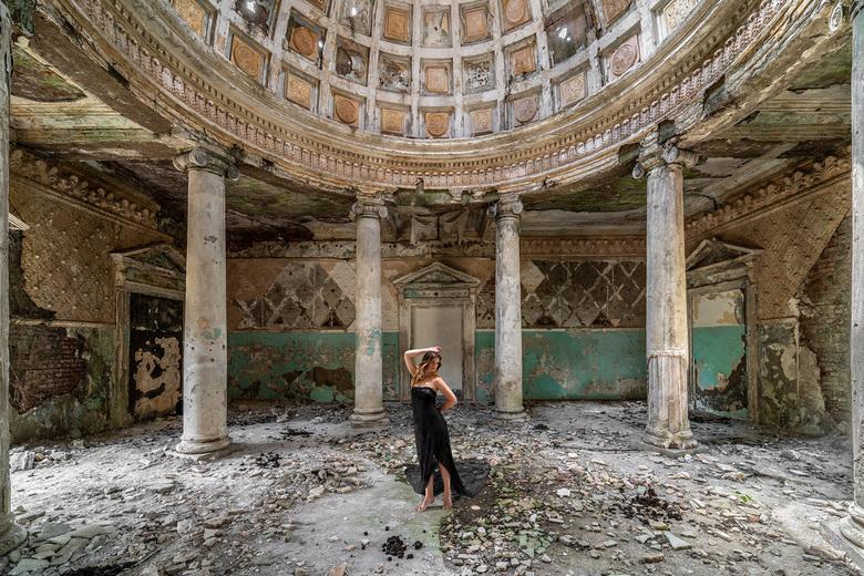Last tango - Een verlaten gebouw ergens in Georgië, ooit prachtig en bruisend van leven.....<br /> <br /> Model: Kim