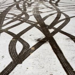 bandensporen in de sneeuw