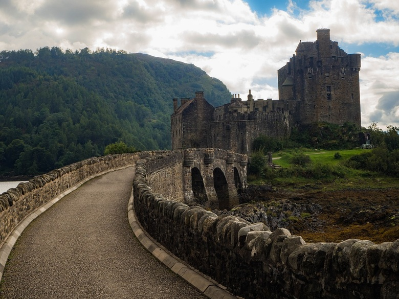 Oprit naar Eilean Donan Castle - Wat minder vaak vanaf dit punt gefotografeerd, de toegangsweg naar het Eilean Donan Castle