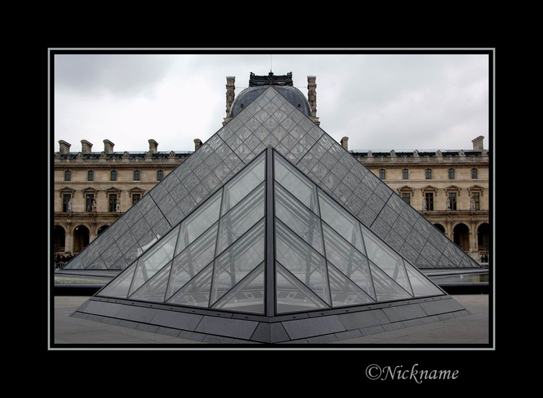 Klein en Groot - Een modern en klassiek deel van het Louvre op de achtergrond