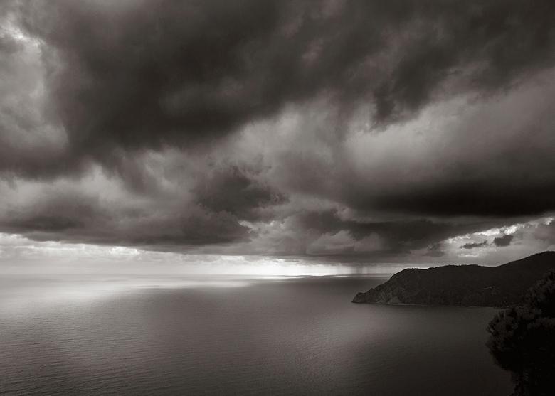 Plaatselijk een bui... - Nog een uitzichtje vanaf het balkon (klinkt erg lui, maar we zijn ook van onze kamer af geweest hoor) in Cinque Terre in Ital