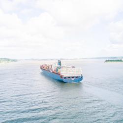 Container schip opweg naar de Haven van Hamburg