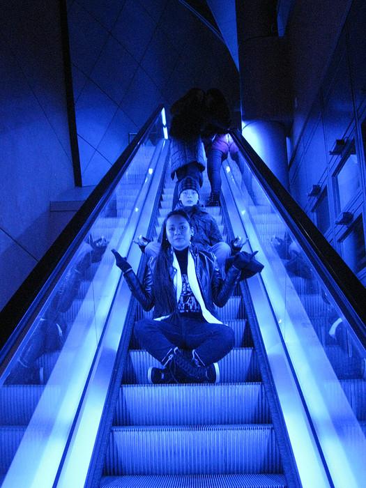 Blue Man Elevator - Op de roltrap bij de Blue Man Group