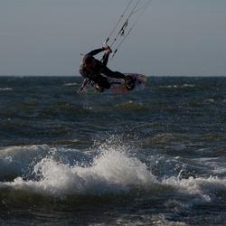 Jump van een kitesurfer