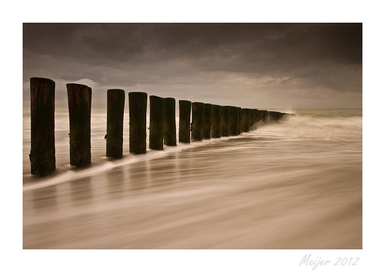 paaltjes 1 - lekker uitwaaien op het strand van Ameland.....buien, windkracht  6/7  herfst 2012...........bedankt voor alle reacties bij mn vorige upl