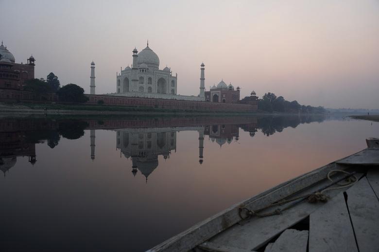 Taj Mahal - Taj Mahal, gefotografeerd vanaf een boot aan de achterzijde.