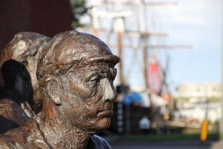 Medewerker rijkswerf in brons - Straatfotografie in brons. Dit bronzen hoofd is onderdeel van een monument voor de vroegere medewerkers van de oude Ri