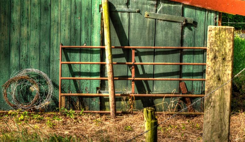 Schaduw op een schuur. - Ik hou van oude en verweerde dingen zoals dit oude boerenschuurtje.