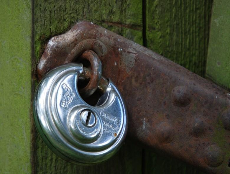 Oud & Nieuw - Zomaar ergens op een hek.
