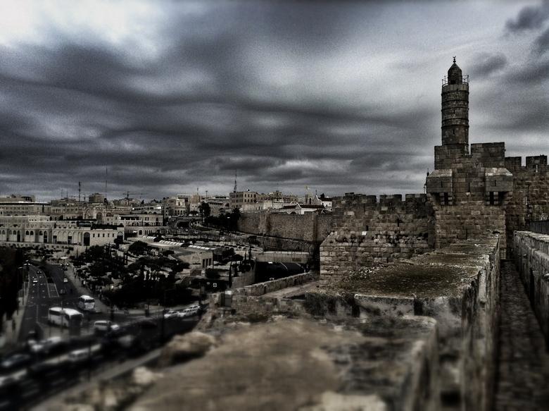 Jeruzalem - Links is het moderne Jeruzalem te zien, aan de rechterkant is het 2000 jaar oude deel van de stad te zien.
