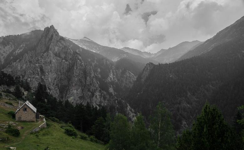 Pic Canigou - Links staat de onbewaakte refuge Mariaille waar we deze nacht gingen slapen. In de verte is de bergtop, genaamd 'Canigou' van