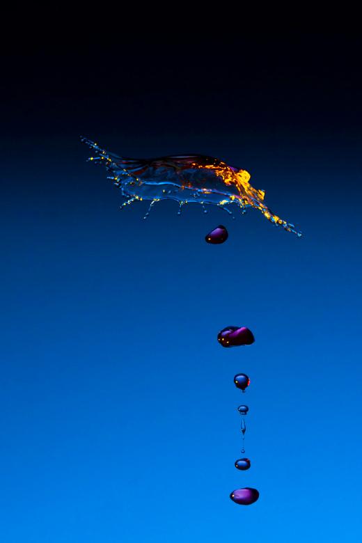 Waterdruppel - Nu niet een keer de bekende waterdruppel met hoedje vanuit het water. Door de waterdruk van de vallende druppel te verhogen botste drup
