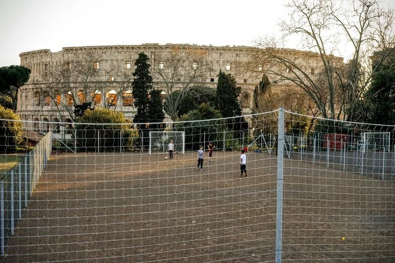 Soccer at historic grounds - Kinderen spelen voetbal op een ongelooflijke plek...Zou het besef er zijn?