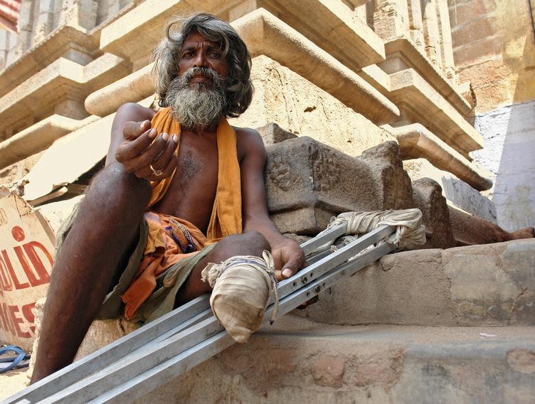 Aalmoes 1 - Bedelaar met mutilatie bij de ingang van de grote tempel te Trichy. Hoewel alle tempelbezoekers, en in het bijzonder de toeristen, deze me