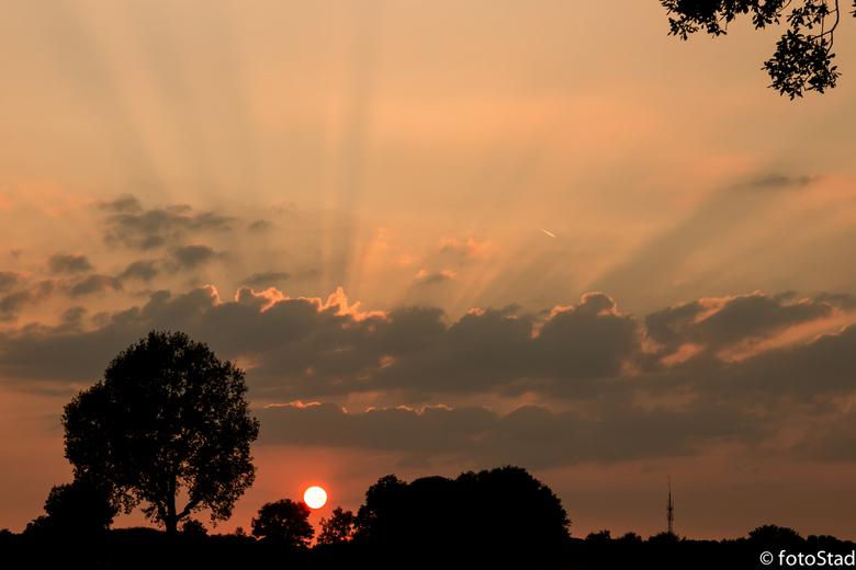 Zonsondergang - Even een mooi moment van een oranje bol.