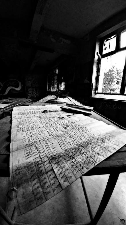 Achtergelaten schema - Een achtergelaten schema op tafel in een verlaten koolmijnfabriek (België)