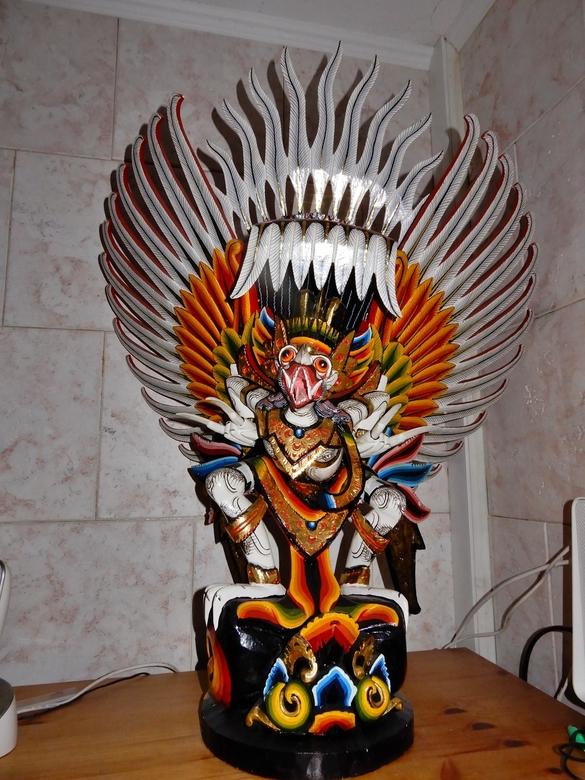 Garuda - deze fraaie handgesneden Garuda kochten wij bij een handelaar tijdens de Pasar Malam Besar in den Haag, we waren weg van de figuur en de kleu