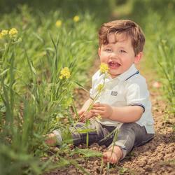 Kind tussen de bloemen