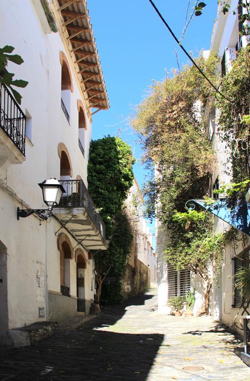 straatje in cadaques - Ben (Conjo) adviseerde mij om het straatje in perspectief te bewerken. Bij deze dus. Ook een stuk schaduw weggelaten.<br /> Ze
