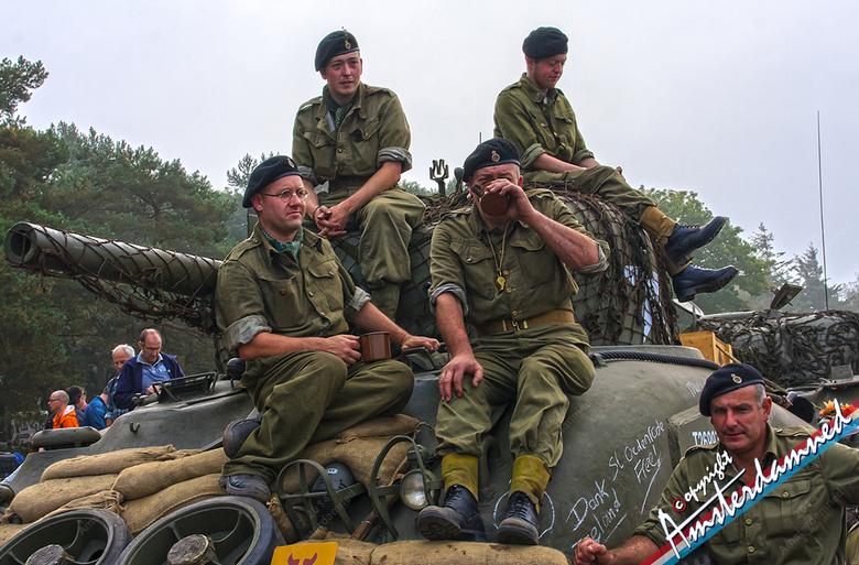 Op de koffie .... - Zo te zien bevalt de koffie hier nog steeds na 70 jaar.<br /> Soldaten op een tank tijdens de herdenking van 70 jaar operatie Mar