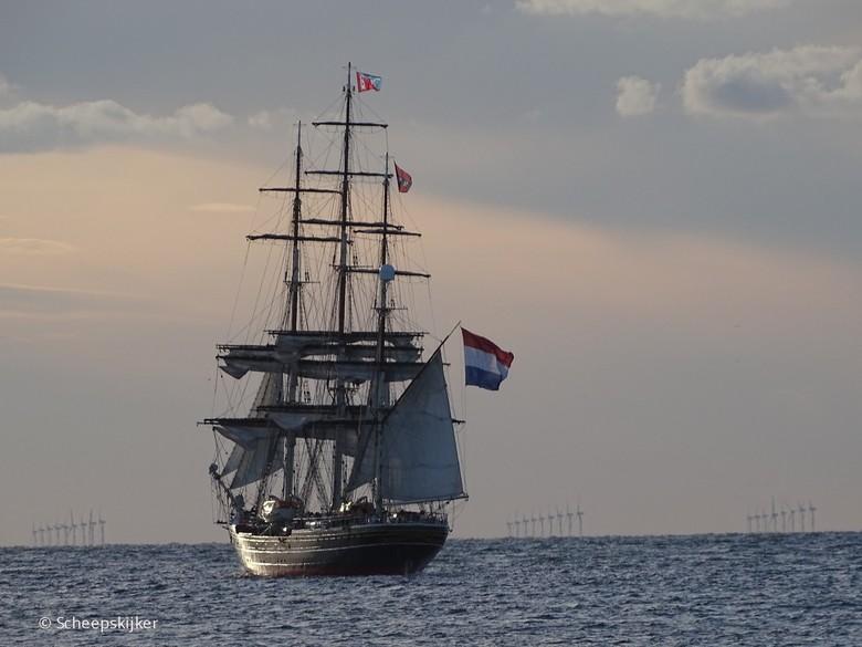 Stad Amsterdam Seabound - Zeilschip Stad Amsterdam zeilt de zonsondergang tegemoet op de Noordzee vanuit IJmuiden