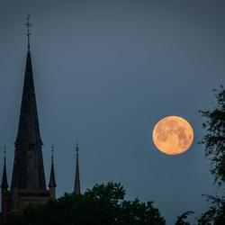 Volle maan boven kerk van Haps