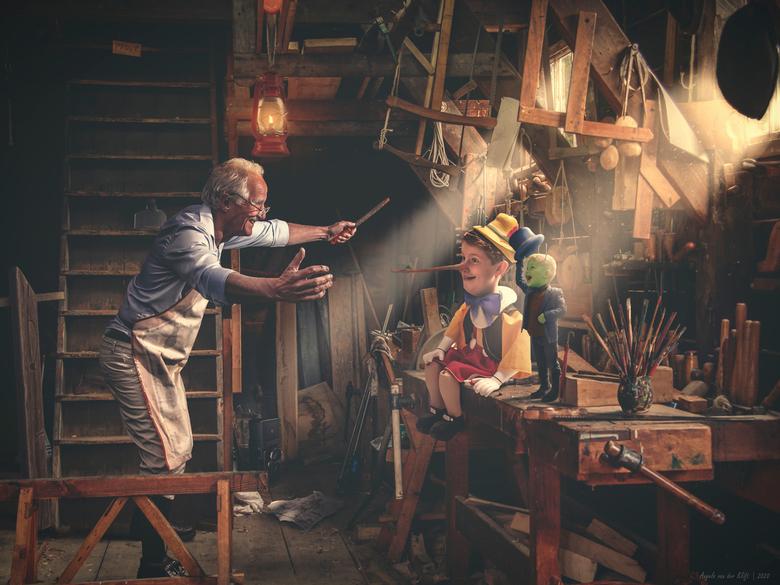 Gepetto's workshop - Gepetto betrapt Pinokkio op een leugentje. Hij vergeeft hem, want hij is maar al te blij dat hij leeft! Japie Krekel doet zijn ho