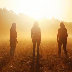 Silhouette van drie vriendinnen