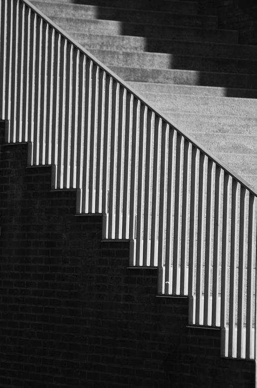 Schaduwspel - Afgelopen week flink wezen oefenen voor mn nieuwe opleiding. Hier een shot van een trap in Ceramique in Maastricht. Niet eens bijzondere