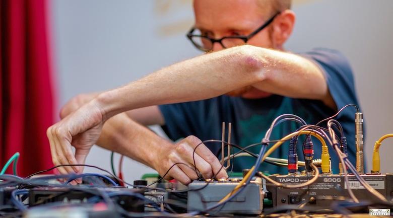'Machinefabriek' in bedrijf - Onder de alias 'Machinefabriek' maakt Rutger muziek voor o.a. dansgezelschappen en achtergrondmuziek voor docu