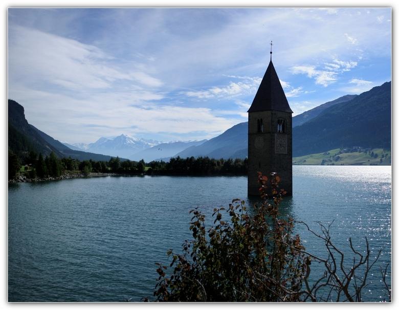 Toren Reschenpas - Een panorama van twee foto&#039;s en dit is het verhaal rond de toren.<br /> <br /> De Reschenpas is al geruime tijd een van de b
