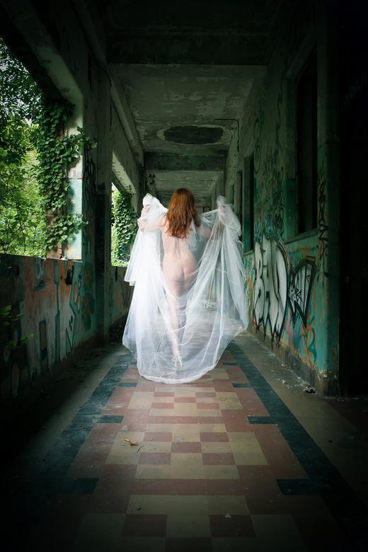 Walk Thru! - Vrouw die door een gang loopt.