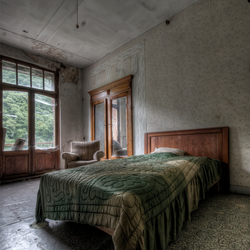 het enige bed dat achterbleef als stille getuige