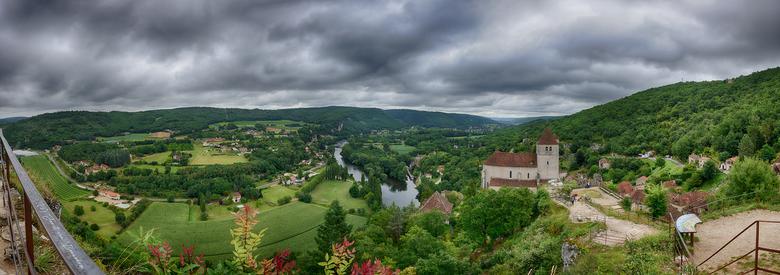 st-Cirq-Lapopie HDR Panorama - Een HDR panorama van Saint Cirq Lapopie in Frankrijk. Een pittoresk dorpje aan de rivier Lot.<br /> Om deze panoramafo