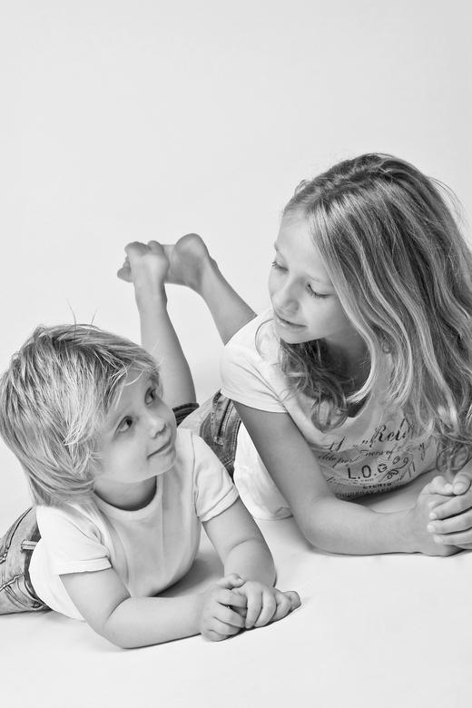 Grote zus met klein broertje - Een klein broertje dat opkijkt naar zijn grote zus.