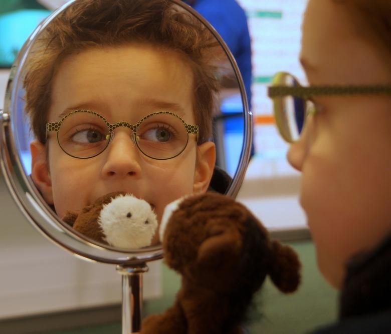 Zijn bril is klaar - Casey heeft drie weken moeten wachten op zijn 3 brillen. Omdat hij in oktober opeens scheel ging kijken zijn we naar de oogarts g