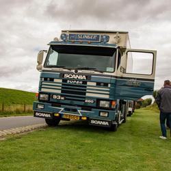 Scania Super aan de dijk.