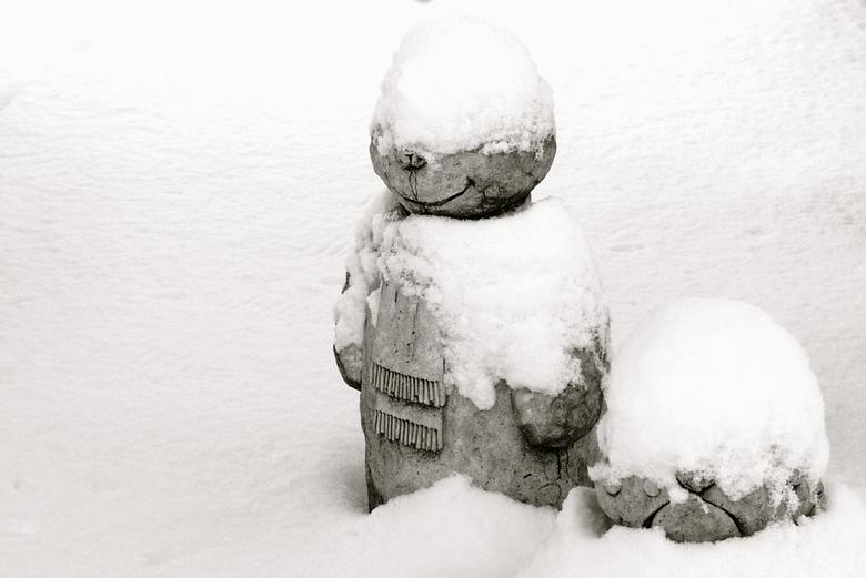 Ijskoud.jpg - Wij staan er warmpjes bij. De sneeuwmuts is me zelfs over de ogen gezakt.