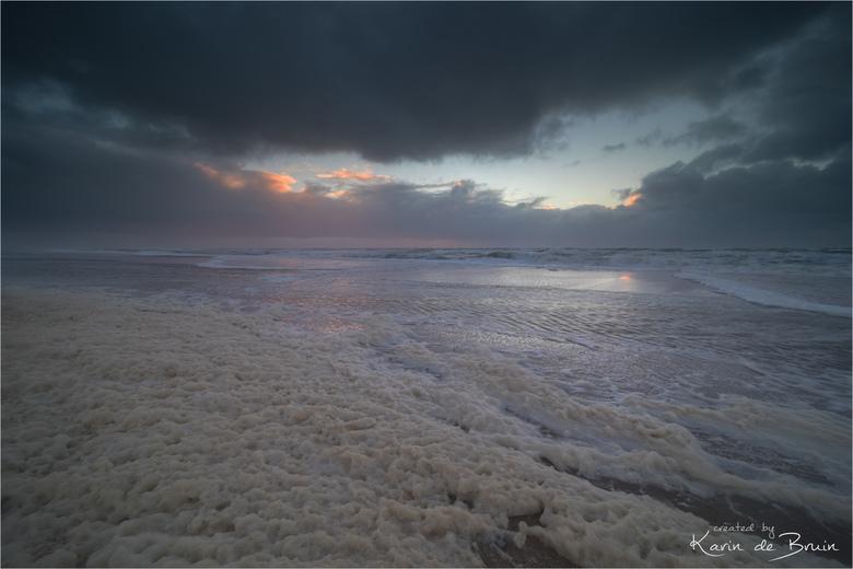 Stormy weather! - De storm verandert het strand in een groot bubbelbad!